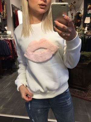 SWEATSHIRT MED FAKE PELS APPLIKATIONEN LISA